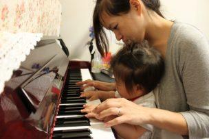 母親と赤ちゃんとピアノ
