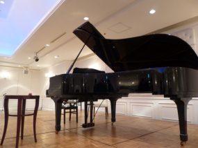 グランドピアノの全景